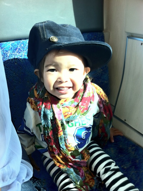 初めての電車でゴキゲン!